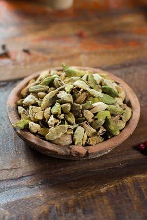Duurste specerij ter wereld - gedroogde groene kardemompeulen met zwarte zaden, gebruikt als ingrediënt in vele keukens en voor medisch gebruik close-up Stockfoto