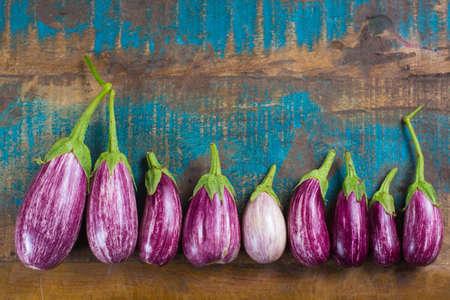 Modèle de menu végétarien - petites aubergines fraîches sur l'espace copie de table en bois, nourriture saine Banque d'images - 88024533
