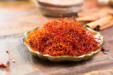 진짜 붉은 건조 사프란 향신료, 많은 요리에 대 한 맛있는 성분 가까이 스톡 콘텐츠