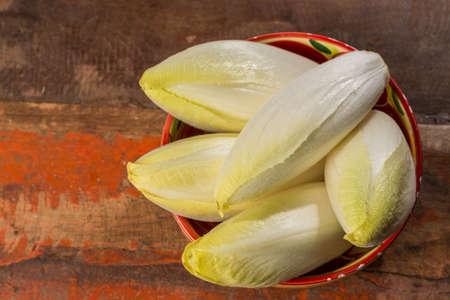 Verse organische witlof andijvie salade klaar om te eten, traditionele gerechten in België en Nederland
