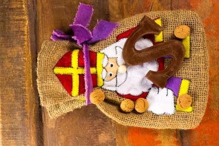 Traditionele Nederlandse Saint Nicolas-viering met cadeaus voor kinderen in december, Saint Nicolas-giftzak en chocoladebrieven dicht omhoog