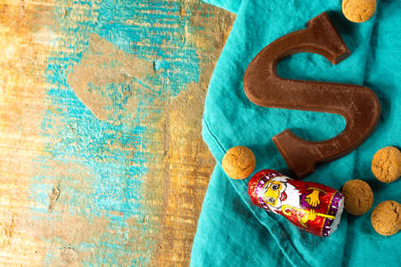 Traditioneel Nederlands Sint-Niklaasfeest met cadeaus voor kinderen in december, Saint Nicolas chocoladeletters en pittige koekjes close-up Stockfoto