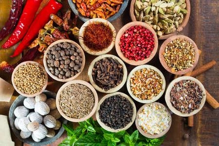 Variété d'épices différentes d'Asie et du Moyen-Orient, assortiment coloré, sur la vieille table en bois, gros plan Banque d'images