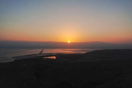 Zonsopgang boven het laagste zoute meer ter wereld onder zeeniveau Dode zee