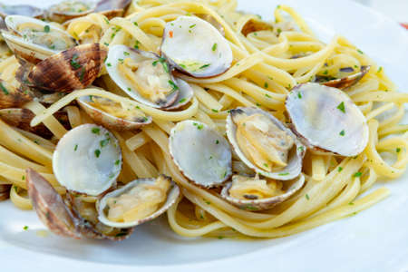 Traditional Italian seafood, spaghetti vongole made with seashells and linguini pasta Foto de archivo