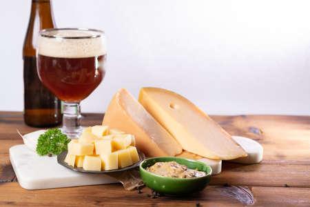 有名なオランダのフィンガーフードは、通常、ビールのグラス、キューブハード古いオランダの牛とディジョンマスタードとヤギのチーズと一緒に提供 写真素材 - 105003299