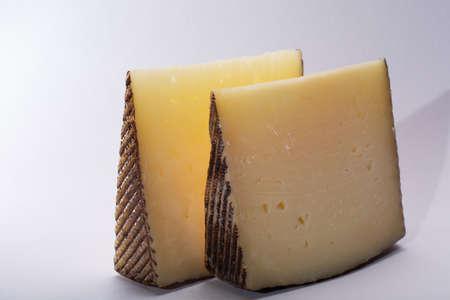 Manchego, queso manchego, manchega 품종의 양의 우유에서 스페인의 La Mancha 지역에서 만든 치즈 두 조각, 흰색으로 격리 스톡 콘텐츠 - 105172763