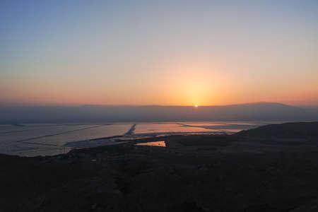 Lever du soleil sur le lac salé le plus bas du monde sous le niveau de la mer Mer Morte, plein de minéraux près de la station balnéaire de luxe Ein Bokek, endroit idéal pour les traitements médicaux, la climatothérapie, la thalassothérapie et l'héliothérapie. Banque d'images