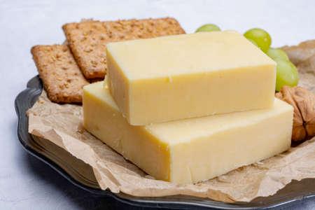 Bloque de queso cheddar añejo, el tipo de queso más popular en Reino Unido y EE. UU., Queso natural elaborado con leche de vaca Foto de archivo