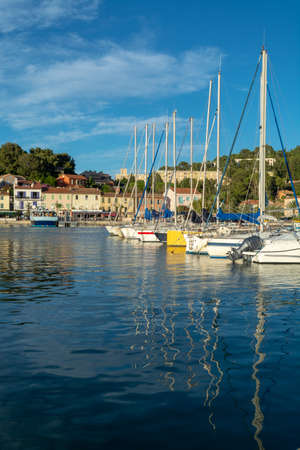 13 août 2018, petits pêcheurs et havre de plaisance, marina à Saint-Mandrier-sur-Mer, Provence, France en journée ensoleillée Banque d'images