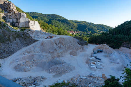 Landscape, white marble quarry  in Carrara, Apuan Alps, Italy Foto de archivo - 110411110