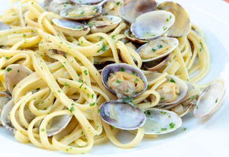 Traditional Italian seafood, spaghetti vongole made with seashells and linguini pasta 版權商用圖片 - 113544071