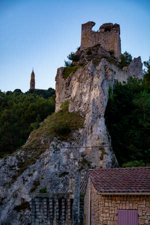 View on medieval houses and castle ruines in Provence in sunny day, South of France, vacation and tourist destination Banque d'images - 123342251