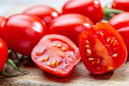 Vigne de tomates cerises rouges mûres fraîches prunella close up