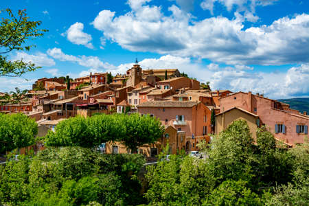 View on Roussillon, small Provensal town with  large ochre deposits, located within borders of Natural Regional Park of Luberon Imagens
