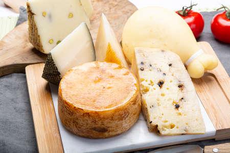 Käsesammlung, Auswahl an italienischen Pecorino- und Provolone-Käsen, gereift mit schwarzem Pfeffer aus Nebrodi, weißem Il Palio und schwarzem Molarotto, Nahaufnahme