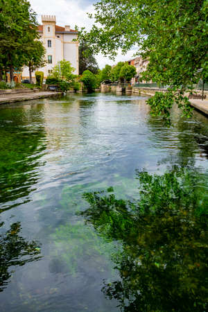 Tourist and vacation destination, view on small Provencal town lIsle-sur-la-Sorgue with green water of Sotgue river, South of France Foto de archivo