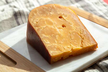 チーズコレクション、3年前の濃い黄色のハードダッチチーズの1枚(サンライト)