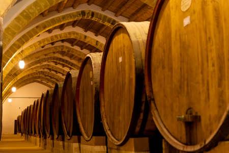 Vintage bodega con viejas barricas de roble, producción de vino marsala sabroso dulce o seco fortificado en Marsala, Sicilia, Italia