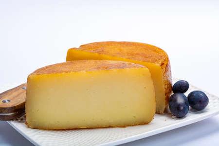 Fromage de brebis pecorino italien dur en deux morceaux close up isolated