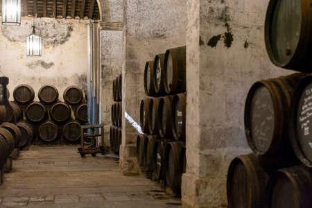 Herstellung von gespriteten Jerez-, Xeres- und Sherry-Weinen in alten Eichenfässern im Sherry-Dreieck, Jerez la Frontera, El Puerto de Santa Maria und Sanlucar Barrameda Andalusien, Spanien Standard-Bild