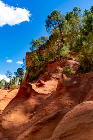 Large colorful ochre deposits, located in Roussillon, small Provensal town in  Natural Regional Park of Luberon, South of France, pigment for paint Stockfoto