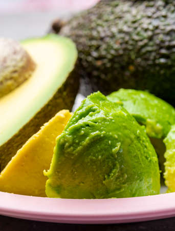 Eating of fresh ripe green organic hass avocado tropical fruit Stockfoto