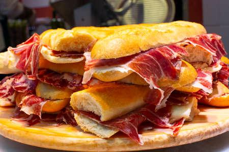 Tapas españolas street food, bocadillo pan fresco con jamón ibérico listo para comer