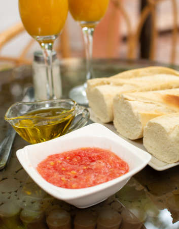 Tradycyjne andaluzyjskie śniadanie ze świeżo wyciśniętym sokiem pomarańczowym, grzankami chlebowymi, sosem ze świeżo mielonych pomidorów i oliwą z oliwek Zdjęcie Seryjne
