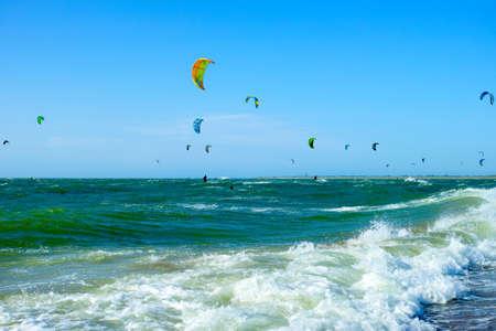 Événement de sport nautique, course de kite surfeurs colorés en mer du Nord près de Renesse, Zélande, Pays-Bas