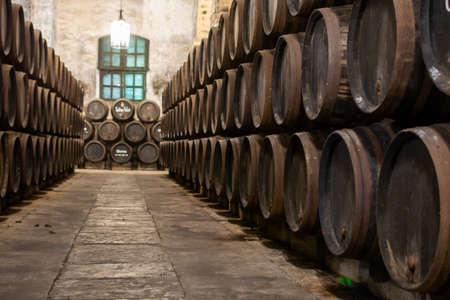 Producción de jerez fortificado, xeres, vinos de jerez en viejas barricas de roble oscuro en el triángulo de jerez, Jerez la Frontera, El Puerto Santa Maria y Sanlúcar Barrameda Andalucía, España