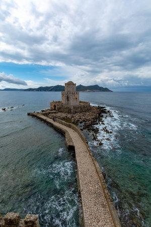 Blick auf die alte venezianische Festung in der griechischen Kleinstadt Methoni auf Peloponnes Editorial