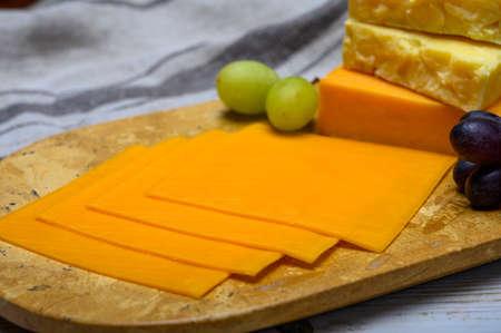 Colección de queso, bloques y rodajas de queso cheddar inglés amarillo y madura cerrar