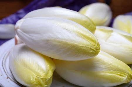 Têtes de salade d'endives ou de chicorée blanches fraîches se bouchent