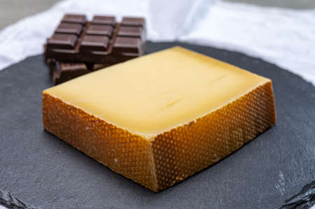 Block of Swiss medium-hard matured cheese gruyere used for baking, quiche, fondue, sandwiches  close up Banque d'images