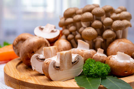 Fresh ingredients for tasty vegetarian homemade mushrooms soup, brown champignons, buna shimeji, carrots Banque d'images