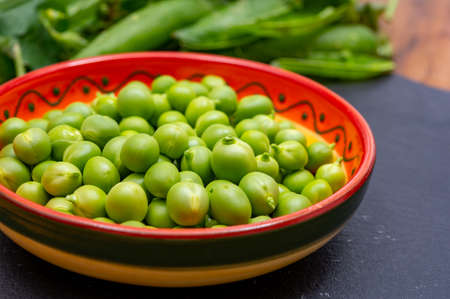 New harvest of fresh ripe green peas legumes Banque d'images