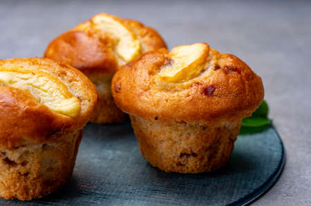 Fresh baked tasty muffins with apple and cinnamon close up Imagens