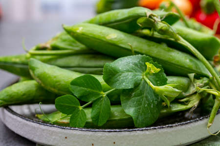 New harvest of fresh ripe green peas legumes Imagens