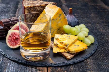 Tasting of Scotch single malt whisky and British cheeses close up Stock fotó