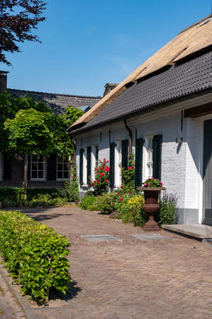 View on old Dutch house with thatched roof for one family in North Brabant, Netherlands Standard-Bild
