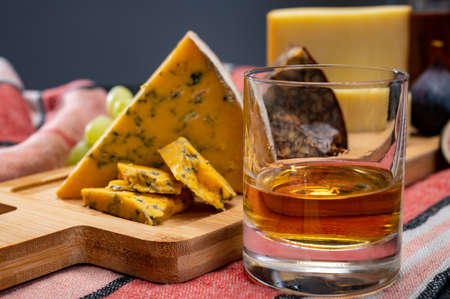 Tasting of Irish blended whiskey and different cheeses from Ireland Imagens