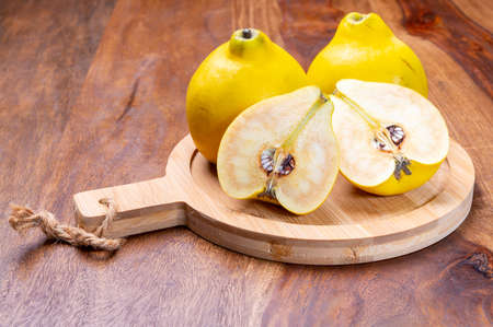 Group of ripe yellow quince apples close up 写真素材 - 155373722