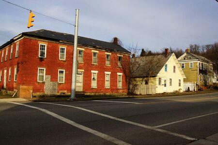 paso de cebra: Paso de peatones en frente de edificios antiguos