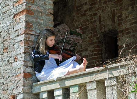 violinista: Peque�o violinista en una casa abandonada
