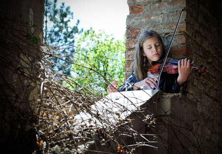 violinista: Pequeño violinista en una casa abandonada