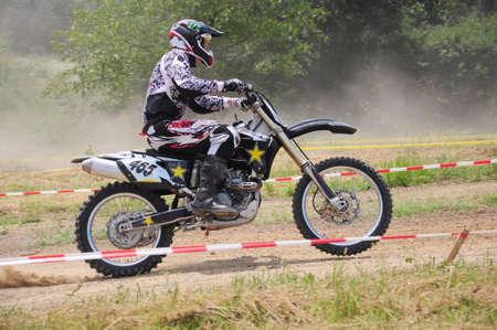 super cross: Motocross velocidad de aumento de la bicicleta en la pista