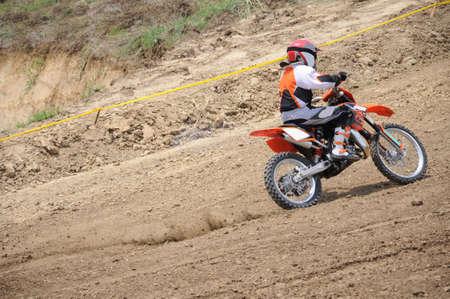 super cross: moto de motocross aumento de velocidad en pista