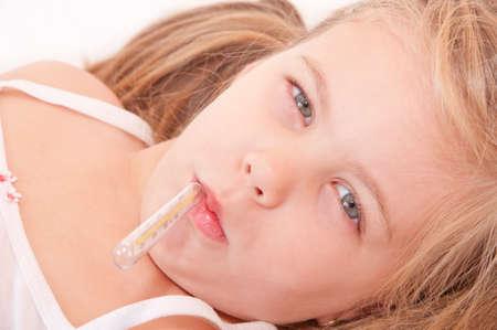 ragazza malata: Ragazza ammalata misurazione della temperatura