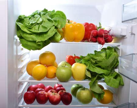 refrigerador: Las frutas frescas y verduras en la nevera